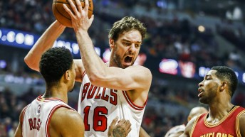 epa04471838 Chicago Bulls forward Pau Gasol of Spain (C) grabs a rebound between Cleveland Cavaliers forward Tristan Thompson of Canada (R) and Chicago Bulls guard Derrick Rose (L) in the first half of their NBA game at the United Center in Chicago, Illinois, USA, 31 October 2014. EPA/TANNEN MAURY CORBIS OUT ** Usable by LA, CT and MoD ONLY **